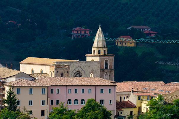 Il prospetto corrispondente al Convento dei Francescani Conventuali; sullo sfondo, la Cattedrale di S. Pardo