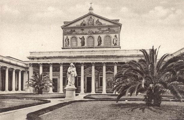 Il quadriportico e la facciata della Basilica di San Paolo fuori le mura, ricostruita a partire dal 1825 sui resti dell'antica Basilica paleocristiana, distrutta da un incendio il 15 luglio 1823. Il quadriportico che vediamo venne ultimato nel 1928