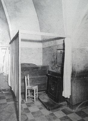 L'inginocchiatoio adoperato da Padre Pio negli ultimi anni di vita. La tenda venne aggiunta, per motivi di riservatezza, nel 1949