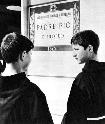 Annuncio funebre affisso dall'Amministrazione comunale di Pietrelcina: Padre Pio morì nella sua cella alle ore 2,30 del 23 settembre 1968