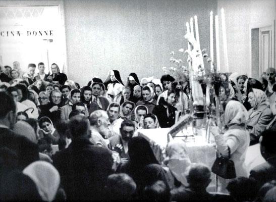 Questa foto si riferisce a un diverso momento, in cui Padre Pio celebra la Messa davanti a un'altra effigie della Madonna di Fátima, all'interno della Casa Sollievo della Sofferenza