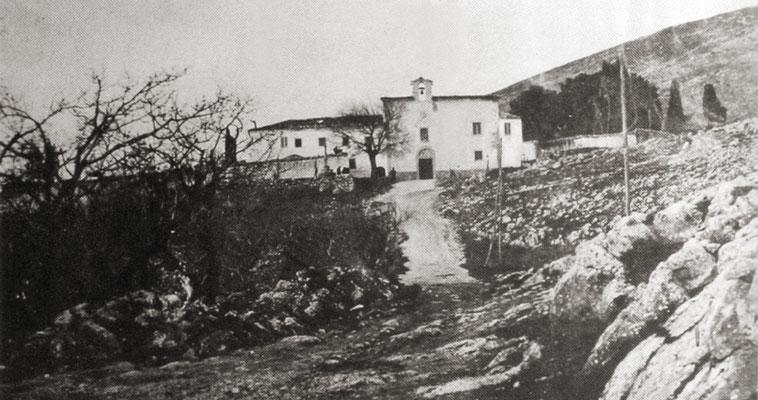La facciata del convento, sopra il quale incombe il Monte Castellano (1012 m)