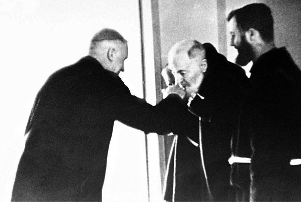 Il 31 marzo 1967, mons. Marcel Lefebvre, superiore generale della Congregazione dello Spirito Santo, incontrò Padre Pio, dopo aver assistito alla sua Messa. Forse già un presagio ...