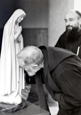 L'omaggio all'immagine della Madre di Dio proveniente dal Santuario portoghese. Prima che la statua della Madonna Pellegrina ripartisse, il Padre, malato dal mese di maggio, Le chiese il miracolo della propria guarigione