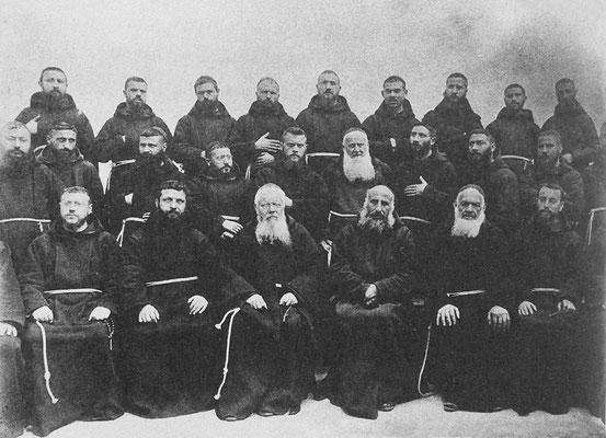 Il Capitolo Provinciale di Tora del 1906: padre Pio Nardone è il 3° da destra, seduto accanto al Ministro generale padre Bernardo Christen d'Andermatt (1837-1909), in visita a Sant'Elia nel maggio 1904; il 2° da sinistra è il padre Benedetto Nardella