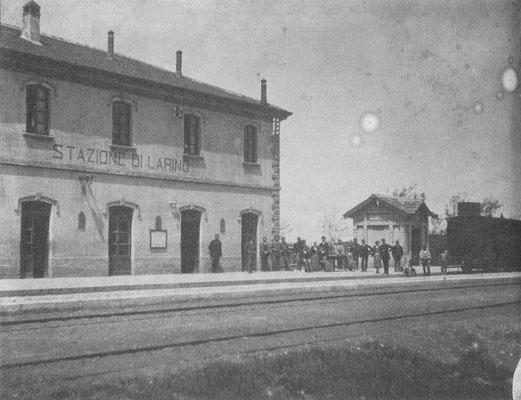 La Stazione ferroviaria di Larino, inaugurata il 21 gennaio 1883, qui un uno scatto fotografico di poco successivo [da Mammarella, Da vicino e da lontano, II, Campobasso 2009]