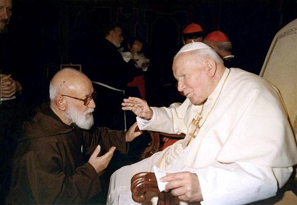 Padre Gerardo con papa Giovanni Paolo II. Il Vice postulatore della causa di canonizzazione morì a San Giovanni Rotondo l'8 maggio 2005, all'età di 75 anni