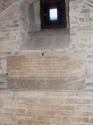 """Il curioso episodio della """"ubriacatura"""" di Fra Pio, ricordato in questa lapide, murata all'interno delle cantine del convento"""