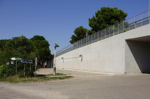 """Lo stesso luogo, come si presenta oggi, col viadotto """"Augustus"""", il piazzale e l'inizio della pineta"""