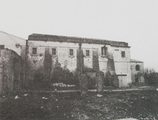 La facciata laterale, prima del restauro [da de Meo, I Cappuccini a Serracapriola, Foggia 2000; foto I. Ciarallo]