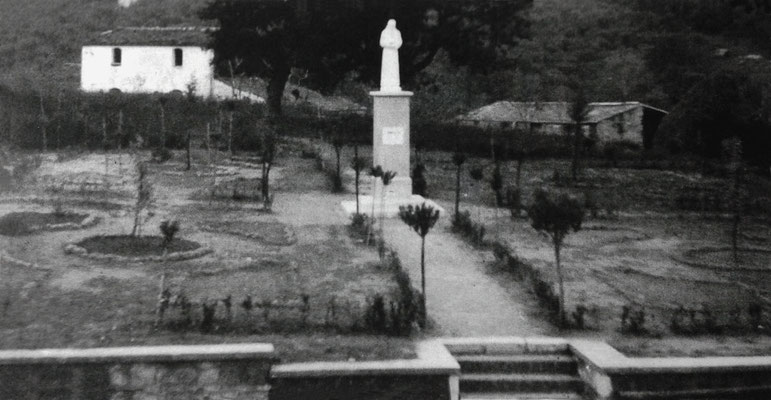 Monumento a padre Raffaele nell'area verde antistante il Convento di Larino (18 ottobre 1957)