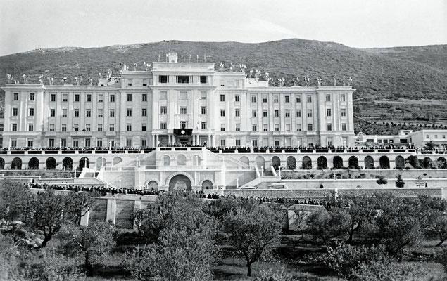 Nel 1947 iniziarono i lavori della Casa Sollievo della Sofferenza, inaugurata il 5 maggio 1956. Sin da allora, la lotta sotterranea dei nemici del Padre mirò a impadronirsi sia della gestione dell'Ospedale sia delle offerte che provenivano da ogni parte
