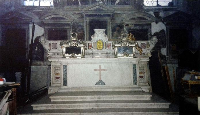 Altare maggiore della Cappella,  che attualmente custodisce le Reliquie traslate da Lesina, tra cui anche quelle dei SS Primiano e Firmiano [da Mammarella, Larino sacra, II, San Severo 2000; foto Zurolo]