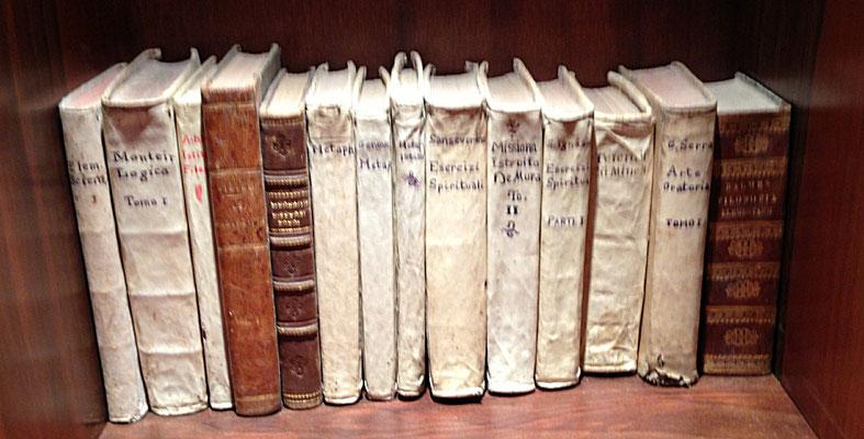Alcuni libri che Fra Pio utilizzò per lo studio della teologia nel convento di Serra