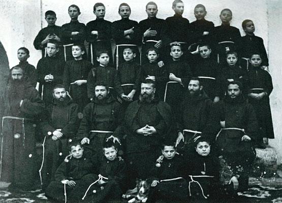 Nel 1931 a Padre Pio venne ritirata la direzione del Seminario serafico. Qui il Seminario e la fraternità nel 1914. Al centro, il Provinciale padre Benedetto da S. Marco in Lamis, che già dal 1922 si era vista tolta la direzione spirituale del Confratello