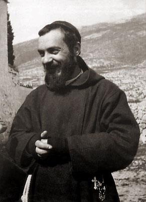 Un sorridente Padre Pio, qui ritratto all'inizio degli anni Venti