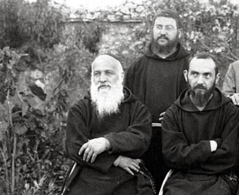 Lo Stigmatizzato, con accanto il Ministro generale dei Cappuccini padre Giuseppantonio da Persiceto (1869-1939), che resse l'Ordine dal 1920 al 1926