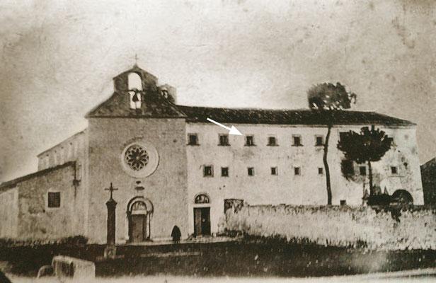 La freccia indica la cella di Fra Pio al 2° piano del convento, intitolato a S. Nicandro, martire soldato della persecuzione dioclezianea, unitamente a sua moglie Daria e al commilitone Marciano. Le loro reliquie sono custodite nella Chiesa conventuale