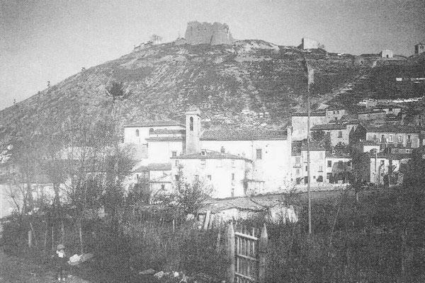 Panorama da meridione. Il Castello si situa a 820 m. s.l.m. Prende il nome dal conte Nicola II dei Monforte-Gambatesa, detto Cola, che lo restaurò due anni dopo il terremoto del 1456. Sorgerebbe però sui resti di un precedente maniero normanno
