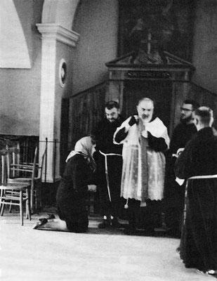 Padre Pio lascia il confessionale delle donne; non sempre egli adoperava i paramenti liturgici, sopra il suo saio, come questa elaborata cotta