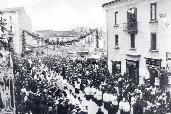 Solenne processione per le strade di Campobasso, in occasione dell'Incoronazione di Maria SS. del Monte, alla quale partecipò sicuramente anche Fra Pio da Pietrelcina, da quattro mesi studente nel vicino convento di Sant'Elia a Pianisi  (5 giugno 1904)