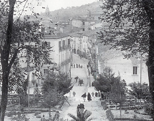 Una carrozza per le strade di Larino ... ma Fra Pio non arrivò mai nel Centro storico della cittadina [foto Archivio Pilone]