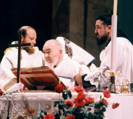 Padre Paolo Covino (a destra) serve l'Ultima Messa di Padre Pio (22 settembre 1968)