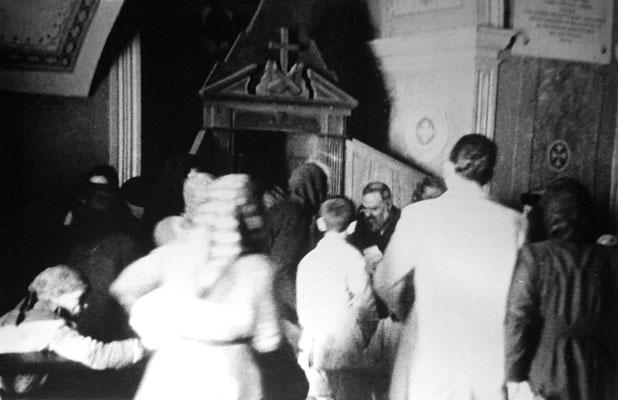 Padre Pio circondato dai devoti, in attesa della confessione
