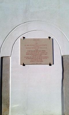 """Una lapide dedicata al """"monaco Santo"""", recentemente apposta sul vano murato dell'antico ingresso del Convento, che egli avrà varcato innumerevoli volte"""