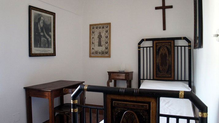 La cella occupata, per sei anni, dal Servo di Dio padre Raffaele di Sant'Elia a Pianisi, ritratto sulla parete sinistra