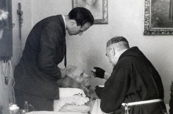 Padre Pio assiste il babbo sul letto di morte, avvenuta a San Giovanni Rotondo il 7 ottobre 1946, all'età di 86 anni