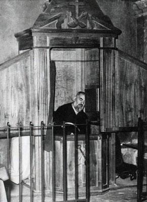 Padre Pio aveva avuto il permesso, dai suoi superiori, di tenere aperta la tendina che copriva l'abitacolo del confessore