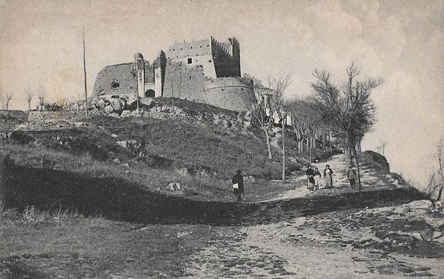 """La salita al Monte, che porta ad incontrare per primo il Castello Monforte; attualmente, lungo questa strada, sorge una """"Via Matris"""", recentemente riaperta al pubblico"""