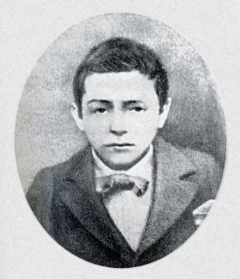 Francesco Forgione ritratto all'età di circa quattordici anni (1901 ca). Dirà di sé ragazzo: «Ero un maccherone scondito e senza sale». Si registra, in quegli anni, un suo viaggio al Santuario di Pompei, con alcuni compagni
