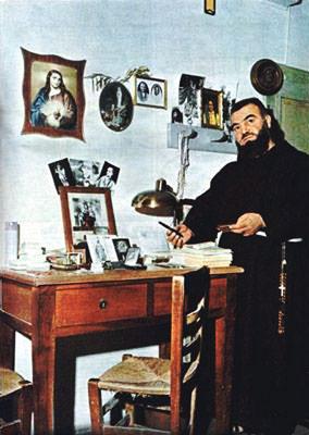 Padre Pellegrino nella cella n. 1 di Padre Pio (1970), dove il 23 settembre 1968 terminò la sua vita terrena