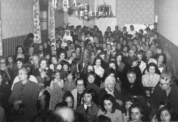 I parenti assistono alla recita; tra di loro, in terza fila la mia famiglia, nonna compresa, mentre mio padre è un po' più indietro