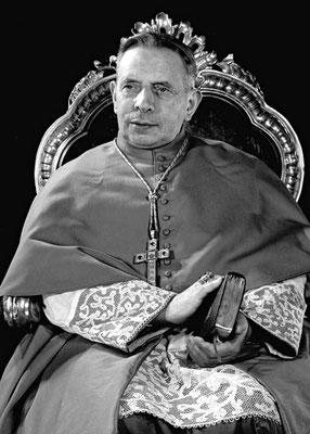 """Il card. Giacomo Lercaro (1891-1976), arcivescovo di Bologna. L'8 dicembre 1968, commemorando Padre Pio disse: «Ciò che lo faceva agonizzare come il Salvatore nel giardino degli Ulivi, non fu tanto il soffrire """"per"""" la Chiesa, ma """"attraverso"""" la Chiesa»"""