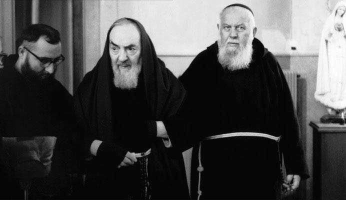 Padre Raffaele D'Addario da Sant'Elia a Pianisi (primo a destra) regge sottobraccio Padre Pio; il frate con la borsa d'acqua calda è padre Alessio Parente