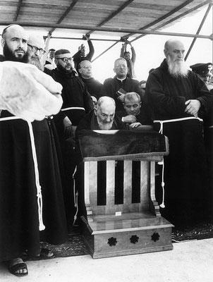 2° da sinistra, padre Clemente da Santa Maria in Punta (1904-1986), Amministratore apostolico della Provincia, con il mandato specifico di far mutare a Padre Pio, in favore della Santa Sede, il testamento del 1960. Col ricatto dell'obbedienza, le ottenne