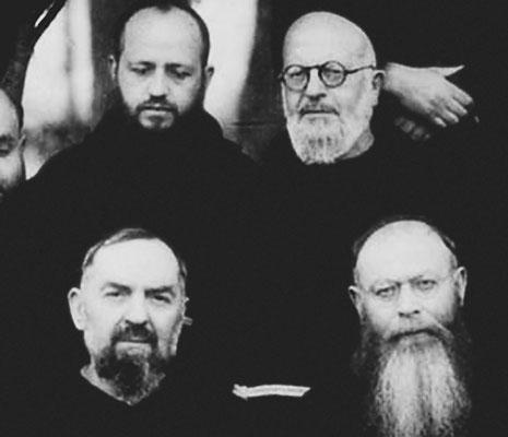 Padre Pio ritratto con padre Anastasio Di Carlo da Roio (1886-1947) [in alto a destra]; in basso a destra, il Ministro generale dei Cappuccini, padre Donato Wynant da Welle (1890-1972)