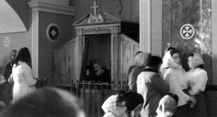 Il confessionale che qui vediamo venne approntato nel 1939, in sostituzione di un altro molto più piccolo e scomodo
