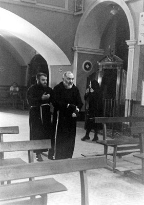 Il venerato Padre lascia la chiesetta antica, con padre Pellegrino Funicelli che lo segue