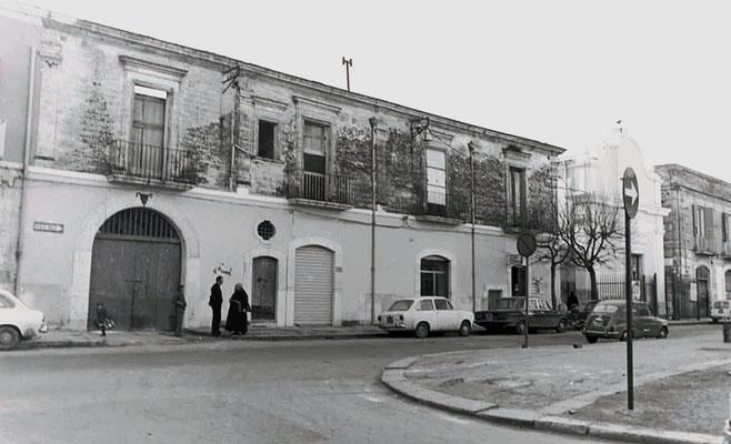 Il Palazzo Cerase a Foggia, non lontano dal convento di S. Anna. Padre Pio vi si recava spesso per assistere la sua figlia spirituale, moribonda. L'edificio, danneggiato nel corso dell'ultima Guerra, e che qui appare abbandonato, è stato recuperato