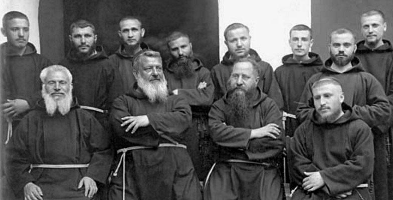 2° da sinistra, padre Benedetto da San Marco in Lamis, al secolo Gerardo Nardella (1872-1942) e padre Agostino Daniele (3° da sinistra), durante i lavori del Capitolo tenutosi a San Marco la Catola nel 1928