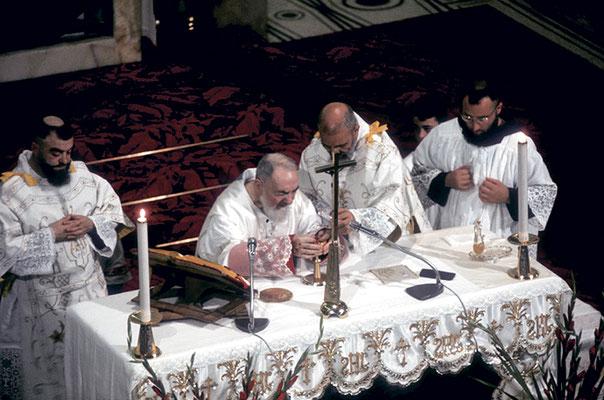 Il 24 novembre 1966 la Sacra Congregazione dei Religiosi, con un apposito rescritto, gli consentì di celebrare seduto, rivolto al popolo