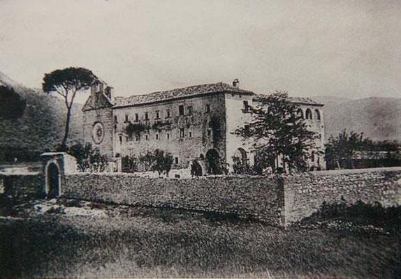 Veduta del convento di Venafro, all'inizio del Novecento; venne fondato nel 1573, accanto alla chiesa martiriale dei SS Nicandro, Marciano e Daria