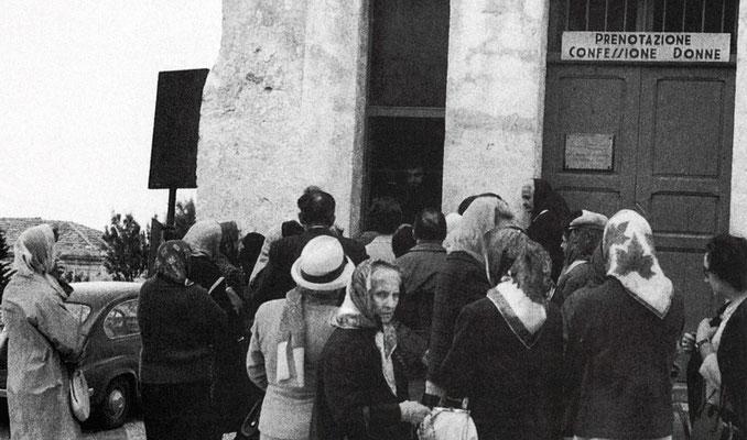 Un gruppo di donne in fila, in attesa di potersi prenotare