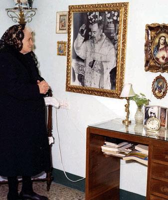 Nina Campanile in età avanzata. Maestra elementare nella natia S. Giovanni Rotondo, conobbe il Frate sin dal suo arrivo nel 1916, allorquando gli chiese notizie dell'anima del fratello, morto in guerra. Su suo consiglio, emise voto di castità