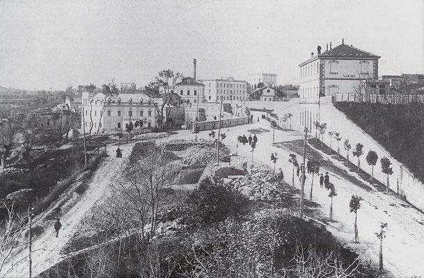 La Stazione ferroviaria di Larino (in alto a destra), sotto la quale passa la Via Nazionale Sannitica, che prosegue in direzione sud, verso Campobasso. Il Villino Zappone rimane sullo sfondo, al centro (1910) [foto Archivio Pilone]