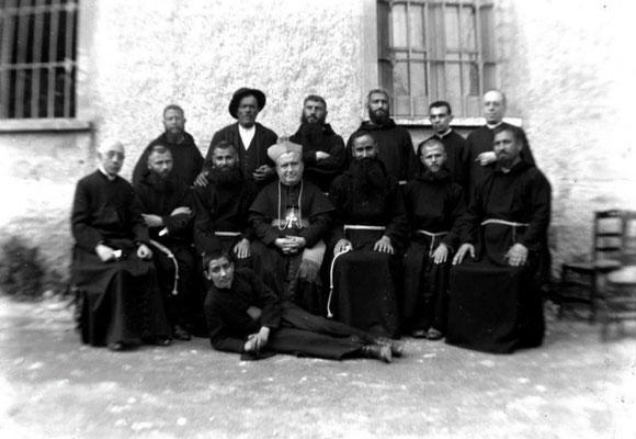 Il vescovo di Bojano, mons. Felice Gianfelice (1897-1916), ritratto coi frati del santuario ed altri chierici. I Cappuccini presero possesso del sacro luogo il 25 maggio 1905. Poco dopo vi arrivò Fra Pio. In un primo tempo alloggiò al convento della Pace